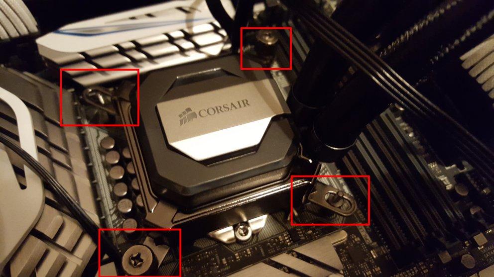 CPU-Kühlkörper, in diesem Fall eine Alles-in-einem-Wasserkühlung von Corsair, werden meist über vier Schrauben mit der Rückplatte verbunden und anschließend per Schraubendreher oder Hand festgezogen.