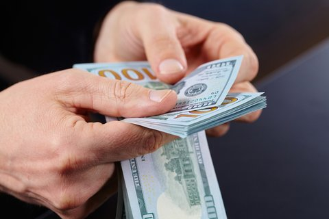 Geld könnt ihr in GTA 5 auch ganz einfach selbst verdienen - ohne Cheat-Code. Befolgt dazu einfach unsere Tipps.