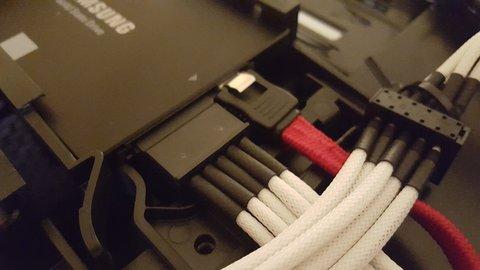 Eine SSD in einem PC muss mit eine Datenkabel ans Mainboard und mit einem Stromkabel ans Netzteil angeschlossen werden.