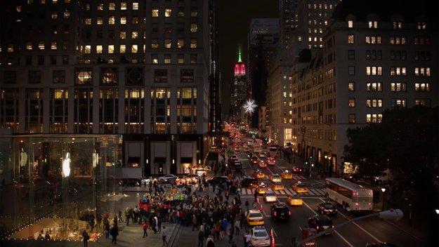 Microsoft: Store-Mitarbeiter singen vor dem Apple Store in New York [Video]