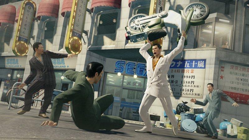 Yakuza Zero: Kazuma bedient sich im Straßenkampf allen verfügbaren Hilfsmitteln.