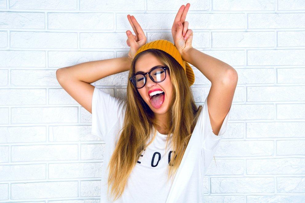 ein beanie oder ein kapuze schmückt das hipster mädchen