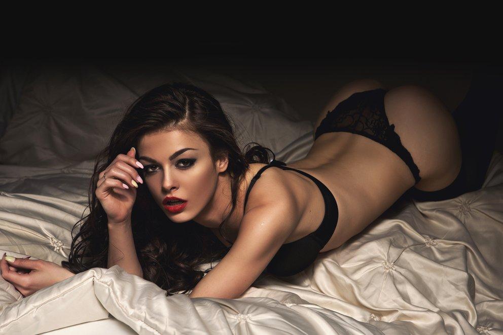 frau in erotischer position im bett zum dirty talk muss man sich selber sexy fühlen