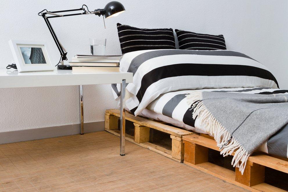 m bel aus paletten bett selber bauen statt betten kaufen giga. Black Bedroom Furniture Sets. Home Design Ideas