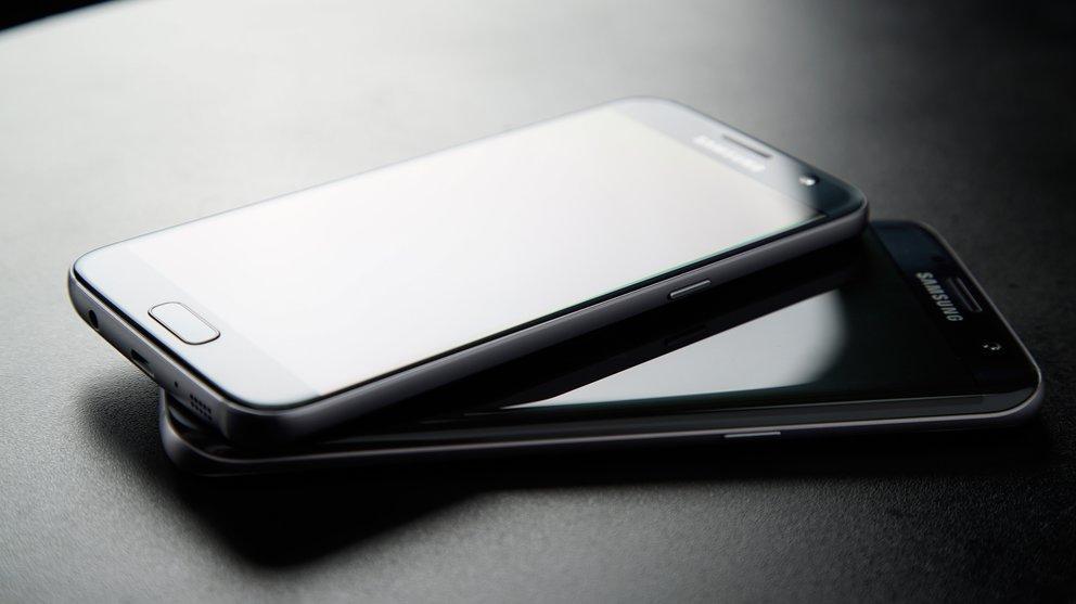 Ungleiche Geschwister: Galaxy S7 (oben) und Galaxy S7 edge