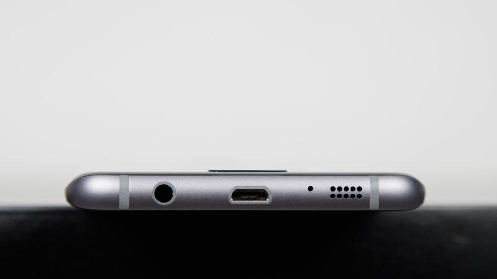 Samsung-Galaxy-S7-edge-liegend-Unterseite