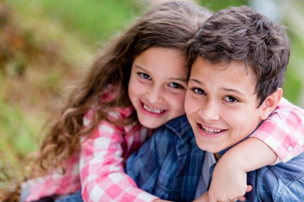 Tag der Geschwister: Datum, Ursprung und berühmte Geschwister