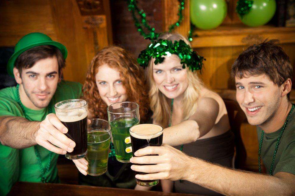 Am St. Patrick's Day wird auch Bier grün gefärbt - aber natürlich nicht das traditionelle irische Guinness.