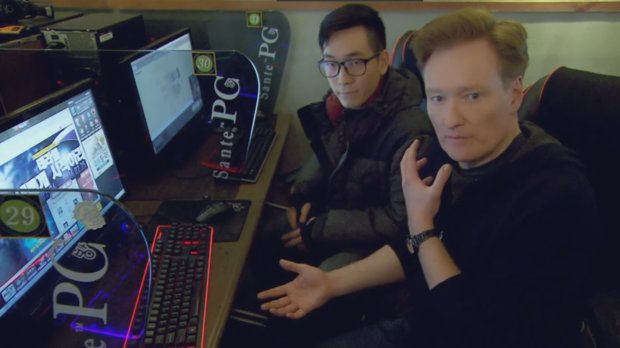StarCraft: Clueless Gamer Conan O'Brien stiftet Chaos im Gaming-Café