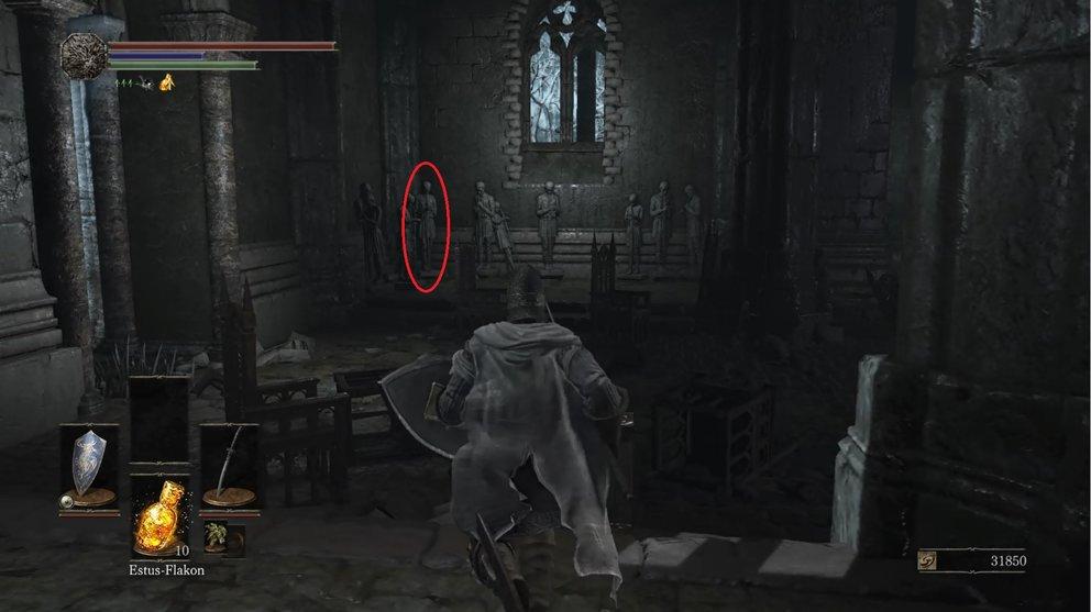 Hinter dieser Statue verbirgt sich in Wahrheit ein dunkler Pilger, den ihr für den zauber umbringen müsst.