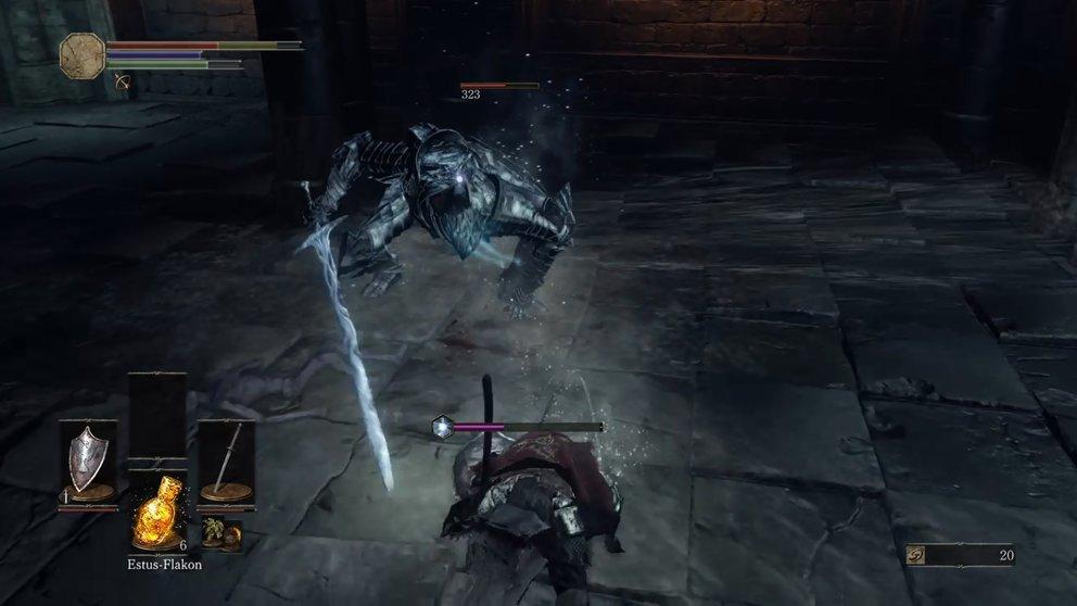 Der Eis-Ritter bekämpft euch mit dem geraden Irithyll-Schwert und bewacht damit das Tor zum Pfad der Opferungen.