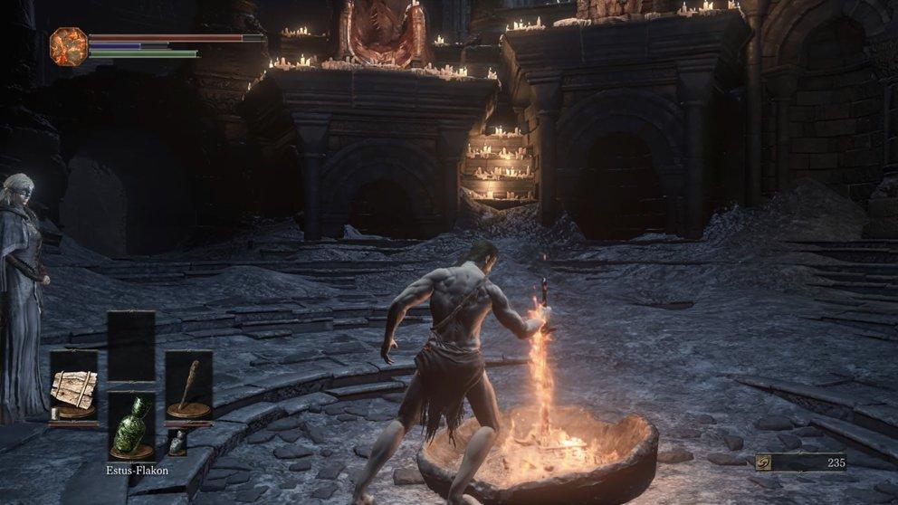 Steckt das gewundene Schwert in die Feuerstelle im Feuerband-Schrein, um das Leuchtfeuer dort zu aktivieren.