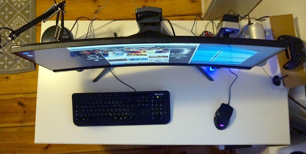 Dezente Krümmung, aber hoher Platzbedarf auf kleinen Schreibtischen: der Acer Predator X34