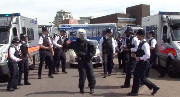 Running Man Challenge: Tanzende Polizisten - Die besten Videos zum Viral-Trend