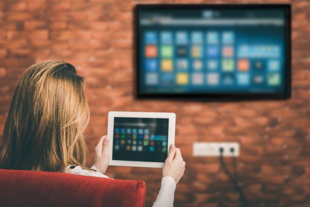 Tablet mit Fernseher vebrinden