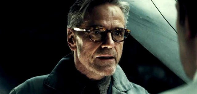 Jeremy Irons als Alfred Pennyworth