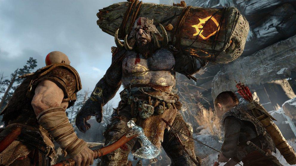 God of War: Zusammen mit seinem Sohn kämpft Kratos gegen einen Troll.