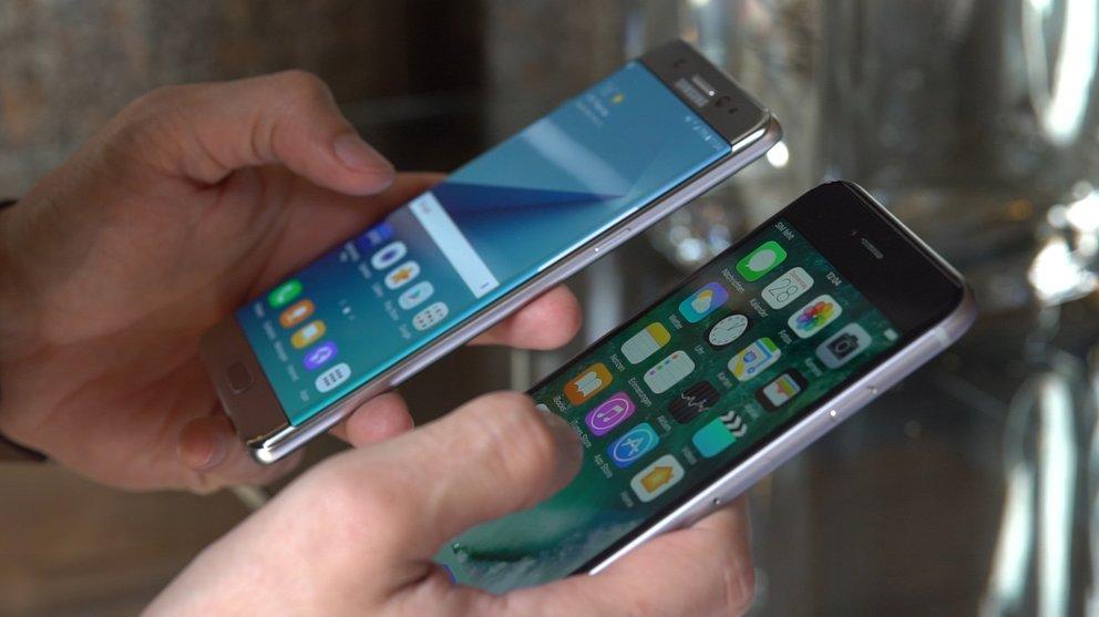 iphone vergleich in der hand.04_00_45_26.Standbild001