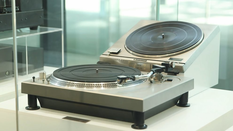 Kultobjekte für DJs: Die Technics SL-1200 Serie. (Quelle: Screenshot Technics Video)