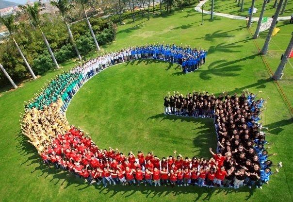 """Google-Mitarbeiter bilden das """"G"""" von Google. (Quelle: Google)"""