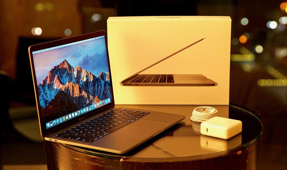 Im Lieferumfang des MacBook Pro: Netzteil und USB-C-Kabel.