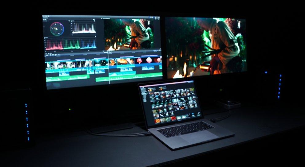 Das MacBook Pro mit zwei 5K-Displays