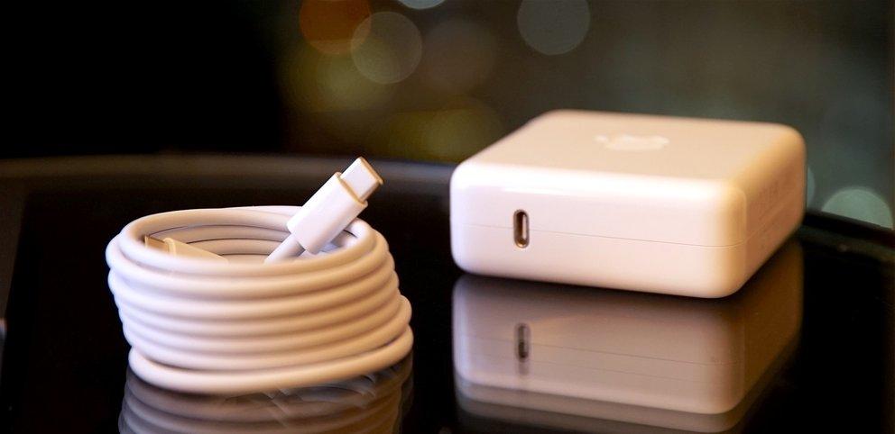 Beim iPhone wie beim MacBook Pro? USB-C-Anschluss am Netzteil.