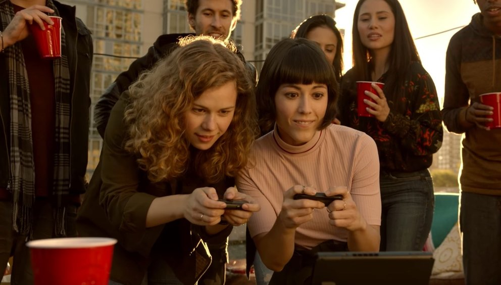 Statt miteinander zu sprechen, schauen sich die Partygäste beim Videospielen zu.