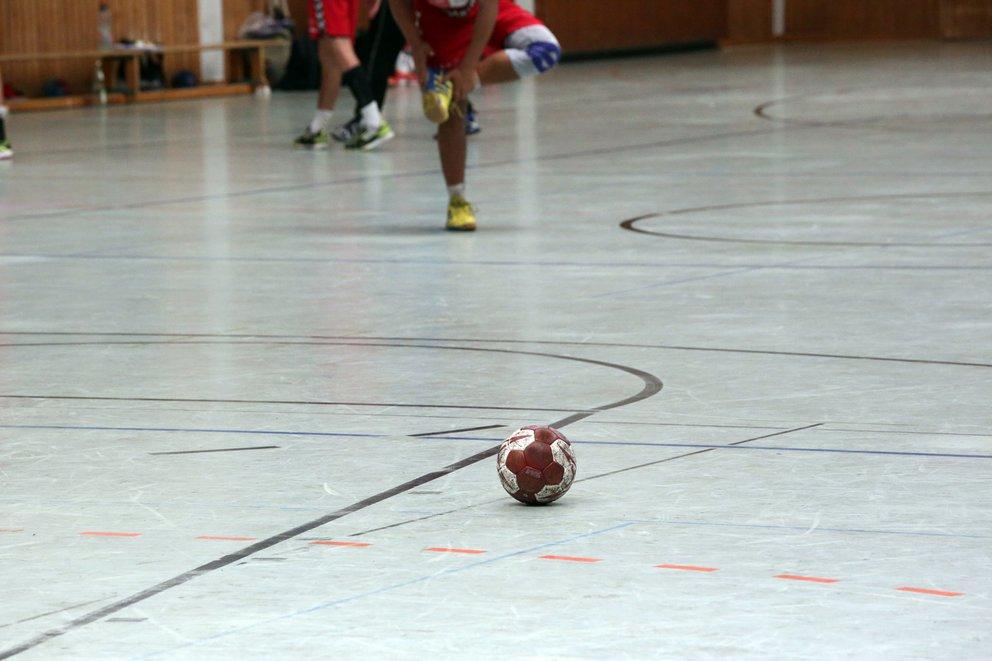handball in einer sporthalle