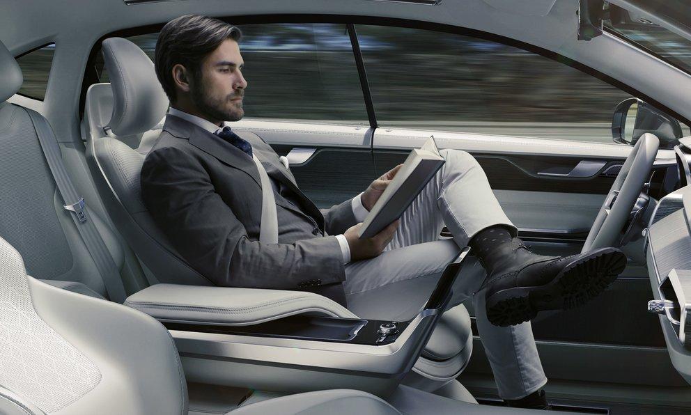 """Pressebild des Volvo """"Concept 26"""": Lesen, während das Auto von alleine fährt (Quelle: Volvo)"""
