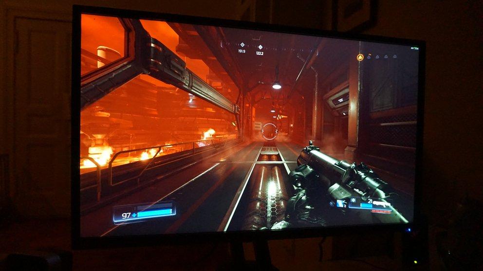 Im Halbdunkel Doom zu spielen macht einen Heidenspaß auf dem Acer Predator XB321HK