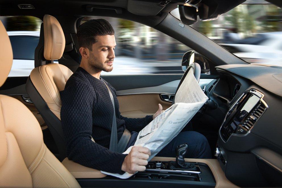 Lesen statt Stress: So könnte Autofahren aussehen, wenn man nicht selbst steuern muss (Quelle: Volvo, Concept 26)