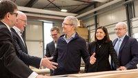 Tim Cook in Deutschland: Besuch beim Apple-Store-Möbellieferant in NRW