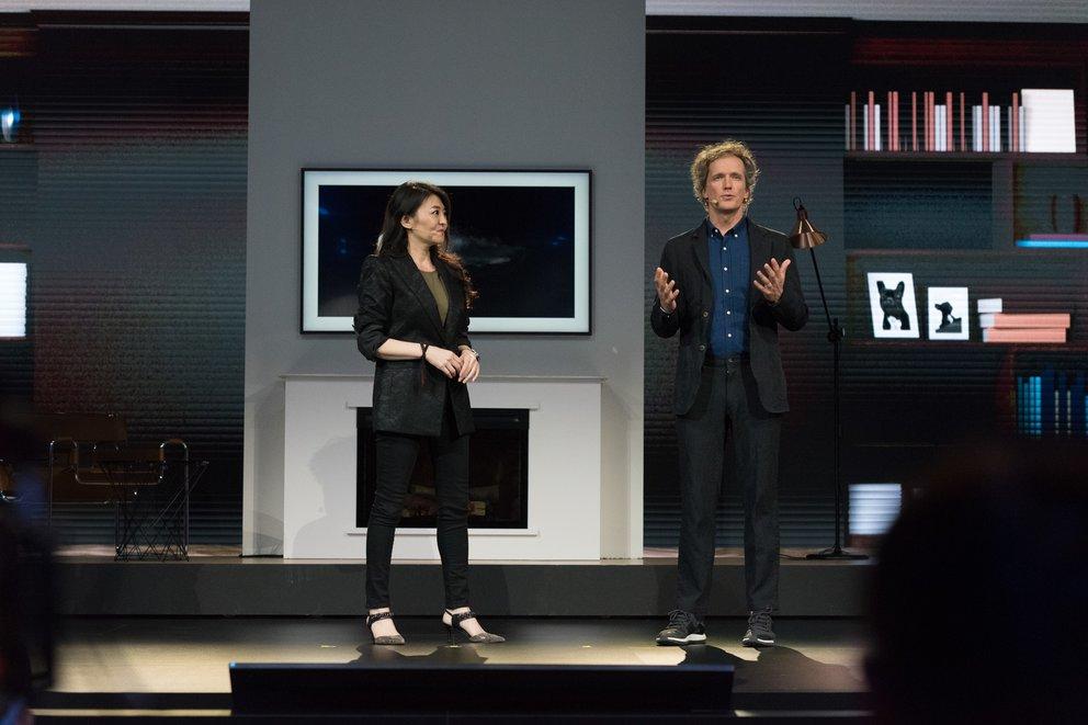 Der Schweizer Industriedesigner Yves Behar stellt seine Kreation vor: Den Samsung Frame TV (Quelle: Samsung)