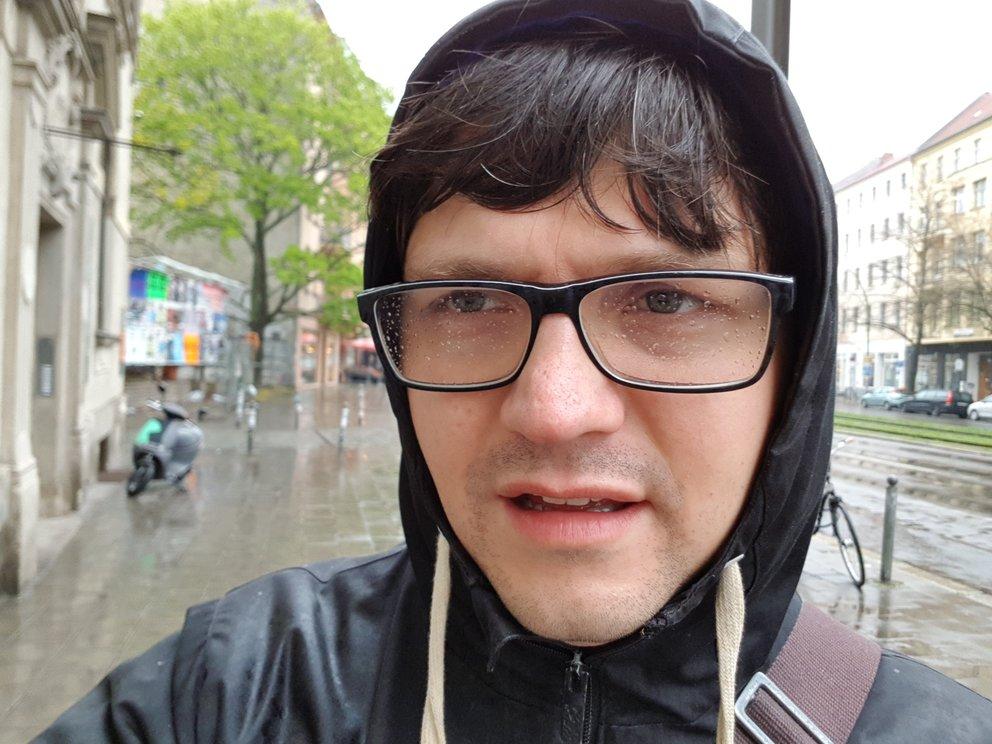 Detailreich und mit Bokeh-Effekt: ein Selfie im Regen, mit der Front-Cam geschossen