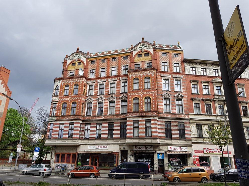 Das Bild ist sehr detailreich, insbesondere an der Hausfassade, ...