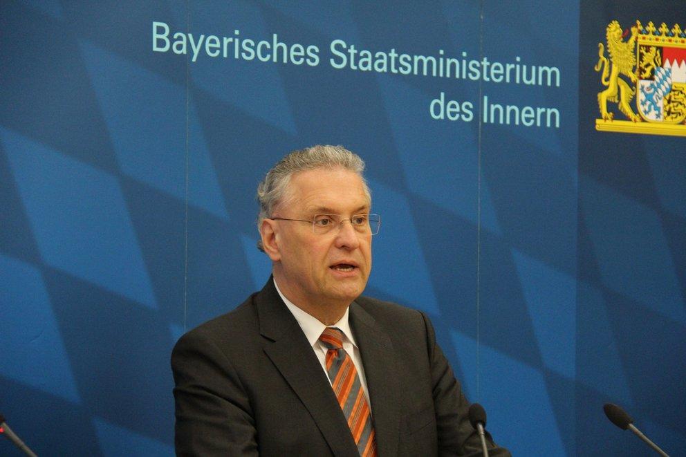 Joachim Herrmann ist ein bayerischer Landespolitiker der CSU, Bayerischer Staatsminister des Innern und Mitglied des Bayerischen Landtags. (Quelle Foto: JouWatch auf Flickr, CC BY-SA 2.0 https://flic.kr/p/fVYSBU)