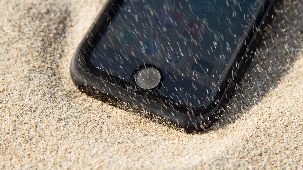 Sand bläst dem Catalyst-Case um die Ohren.
