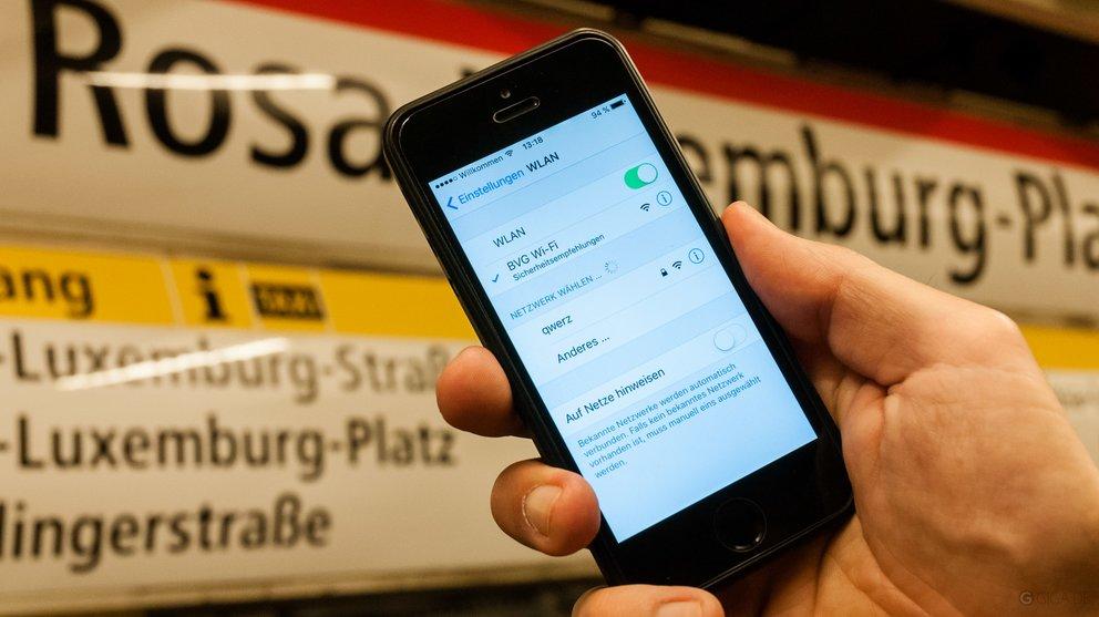 Auf der Mitte des Bahnsteigs ist der Empfang des BVG Wi-Fi meist am besten (Foto: S. Trepesch)