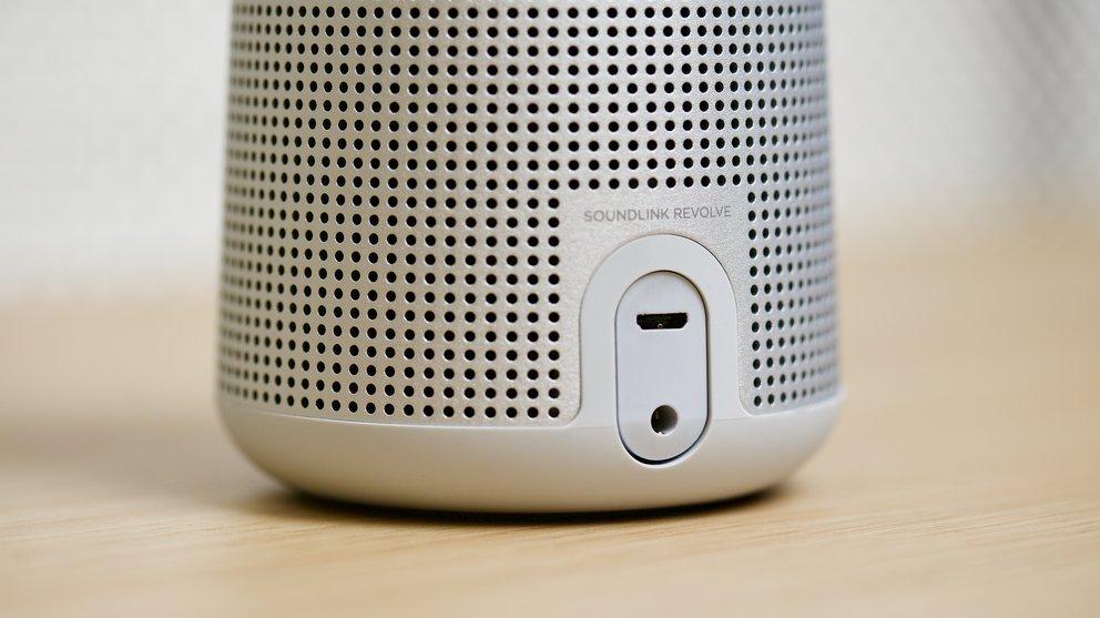 Der Bose Soundlink Revolve bietet einen 3,5-mm-AUX-Eingang für externe Zuspieler und einen Micro-B-USB-Anschluss zum Aufladen