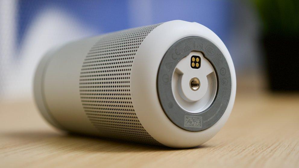 Unten befindet sich der Kontakt für die optional erhältliche Ladeschale. Wir haben den Revolve ausschließlich per USB-Kabel geladen und halten das für absolut ausreichend
