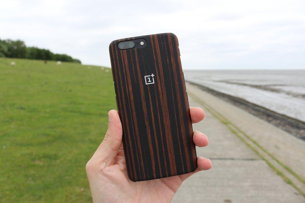 OnePlus bietet seit der ersten Generation ausgewähltes Zubehör für seine Smartphones an, darunter auch Skin-Cases.