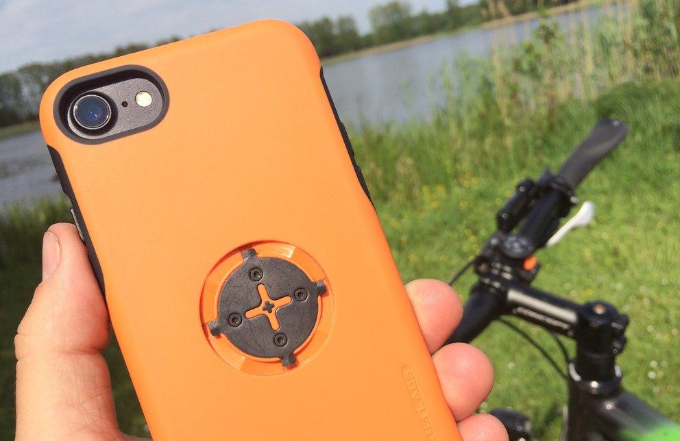 Das Schutzcase ist in Grau und Orange erhältlich.