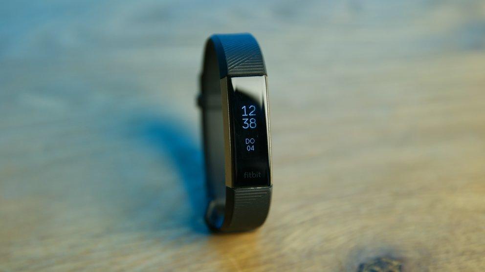 Schlankes Design wie bei der Fitbit Alta, aber erweitert um einen Pulsmesser: Die Fitbit Alta HR ist ein leichter Alleskönner