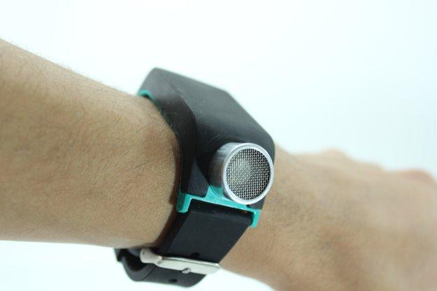 Ultraschall-Armband hilft Blinden beim Orientieren