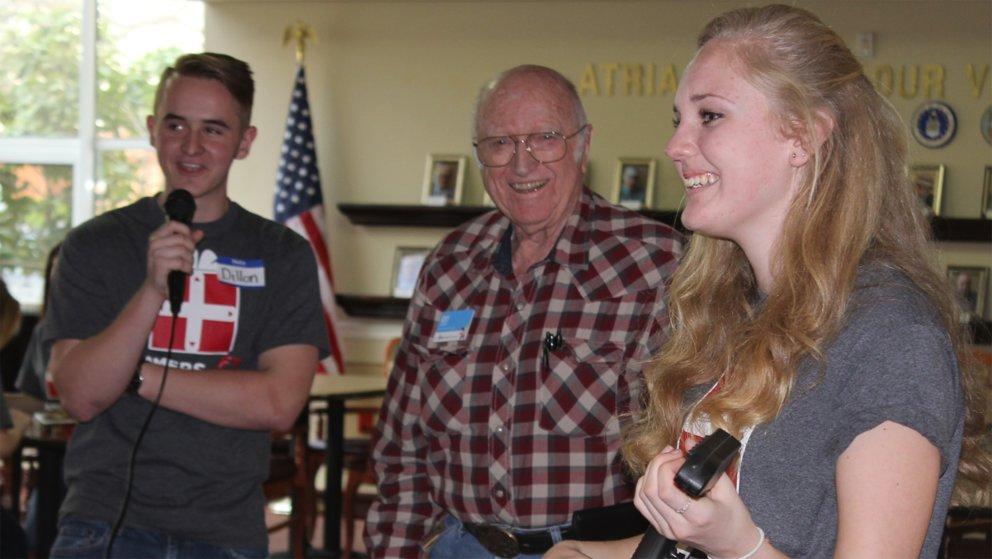 Dillon Hill (Links) mit einer Helferin von Gamers Gift in einem Seniorenheim.