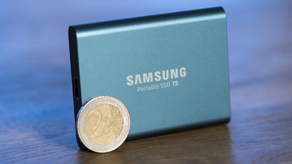 Samsung T5 und ein Zwei-Euro-Stück zum Größenvergleich (Geld nicht im Lieferumfang enthalten)