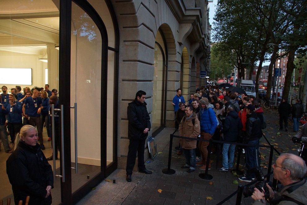 Menschenschlange vor dem Apple Store Amsterdam, 2012 (Quelle: Flickr, Floris Looijesteijn, CC BY 2.0)