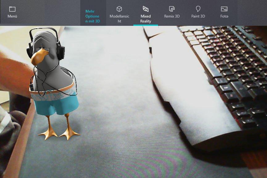 """Der 3D-Vogel """"steht"""" auf dem Schreibtisch"""