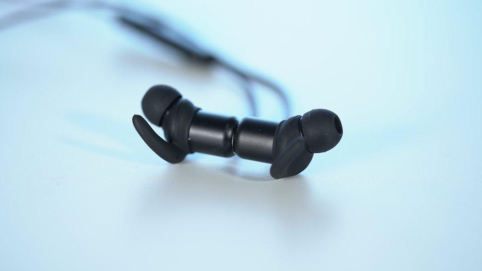 Anker Soundbuds Slim: Die Gehäuse sind leicht magnetisch und halten so zusammen, wenn man den Kopfhörer um den Nacken hängen lässt (Quelle: GIGA)